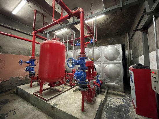 图为万州区老旧高层建筑安装用水设备。曾蕊 摄