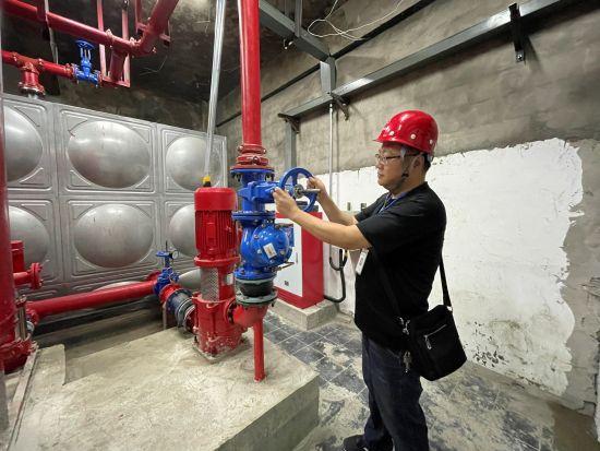 图为万州区老旧高层建筑安装消防用水设备。曾蕊 摄