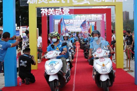 图为劳动骑士骑车走红毯。中国摩博会供图