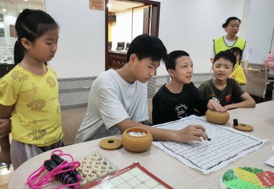 图为暑期爱心托管班学生正在进行娱乐活动。羽裳路社区供图