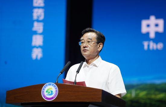 图为中共石柱县委书记蹇泽西介绍石柱康养产业发展情况。主办方供图