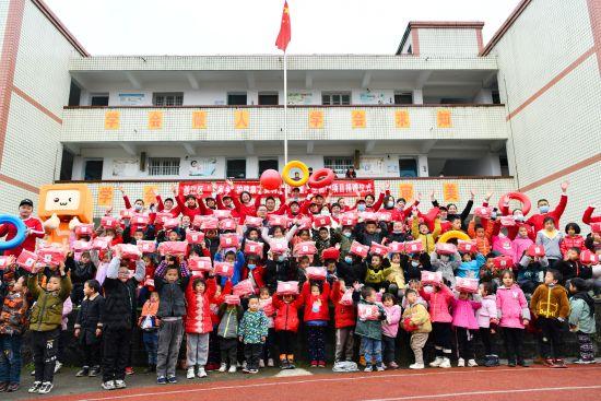 重慶綦江新民齊雨小學的小朋友收到了衛生防護包。安利供圖