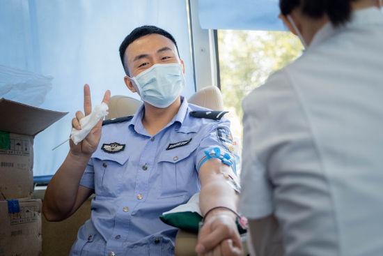 图为民警参加义务献血。 重庆市监狱管理局供图