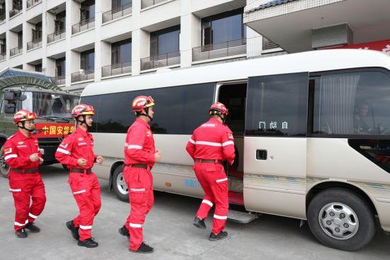 救援隊員上車出發。受訪者供圖