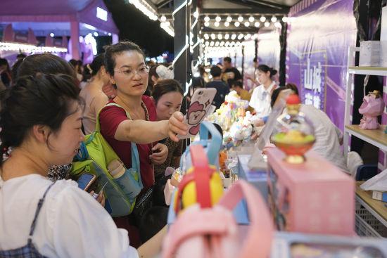 """观音桥商圈步行街举办""""五夜""""主题展。何蓬磊 摄"""
