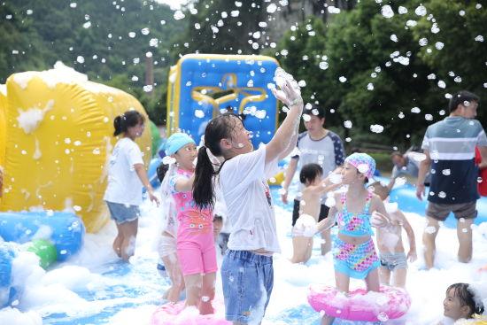 图为活动现场,小朋友们享受夏日泡泡浴。主办方供图