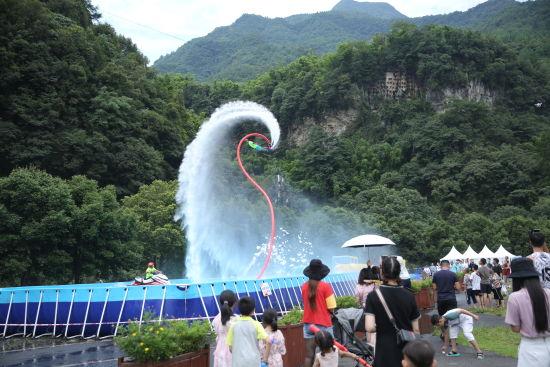 图为活动现场的水上飞人表演吸引游客眼球。主办方供图
