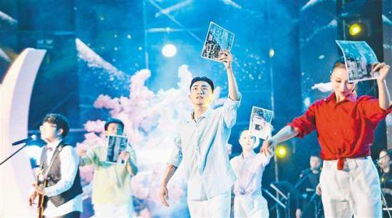 七月二十六日晚,首届莺花消夏音乐节,音乐人为现场市民带来原创歌曲。记者 崔力 摄\视觉重庆