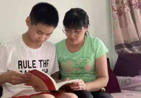 图为合川南屏中学学生和家长参加暑期读书分享活动。受访者供图