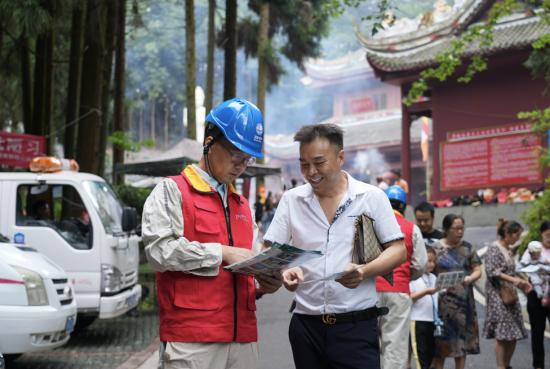 圖為服務隊員給上廟群眾進行電力安全知識宣傳。羅青 攝
