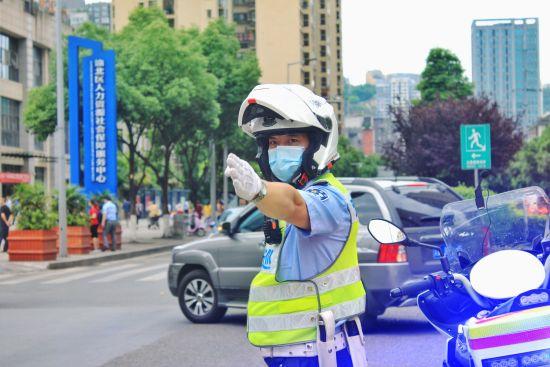 图为渝北交巡警正在指挥交通。渝北交巡警供图