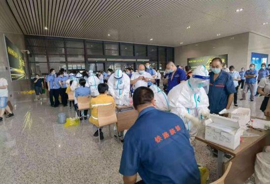二号站平台APP重庆江津医务工作者连夜进行核酸采样