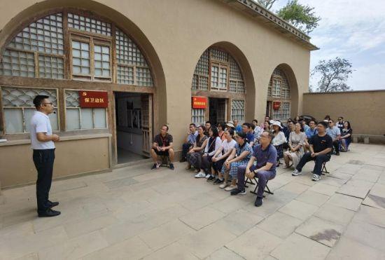 图为教师在米脂县杨家沟聆听革命形势报告。重庆科技学院供图