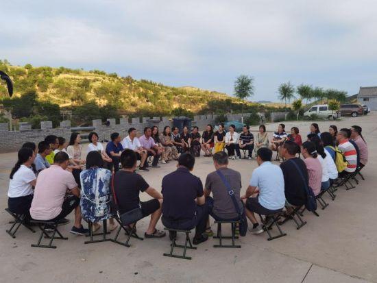 图为40余名教师听双水村村长讲述乡村振兴规划。重庆科技学院供图