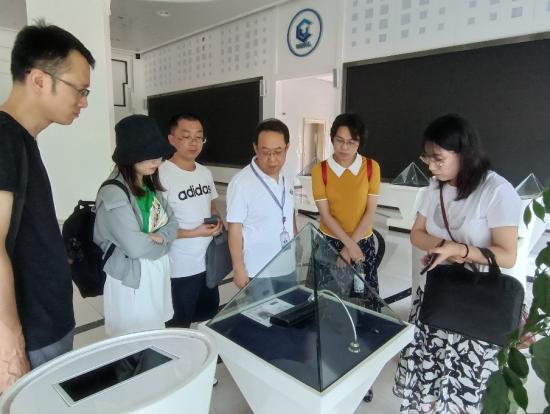 图为重庆工商大学的同学在万州经开区实地参观。