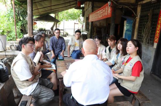 图为胡敬华先生嘱咐观察团成员。王维霖 摄