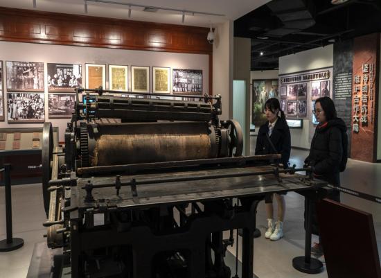 图为红岩革命纪念馆里的国家一级文物《新华日报》印刷机。詹江 摄