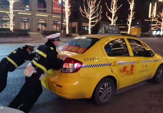 图为民警杨德群帮助困难市民。沙坪坝警方供图