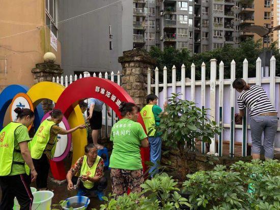 """图为""""百姓依橱""""志愿者在社区开展助洁服务活动。杨灿 摄"""