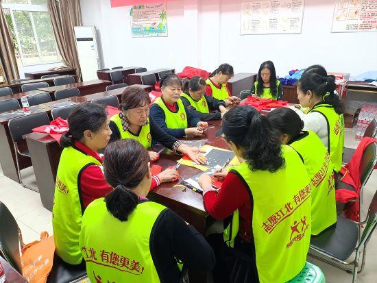图为志愿者通过旧物改造利用宣传环保理念。苏小玲摄