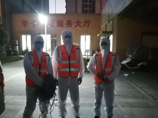 图为重庆移动员工在双福李子社区服务大厅进行网络布线。重庆移动供图