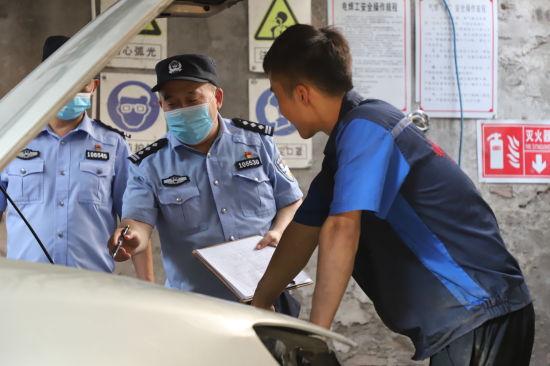 图为民警前往有车企业开展高温天气安全检查。九龙坡警方供图
