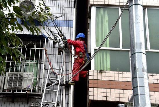 8月9日,暴雨过后,国网重庆电力员工在涪陵义和镇街道开展低压故障抢修。通讯员 周一瞥 摄