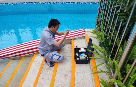 图为工作人员对水样进行抽检。景区供图