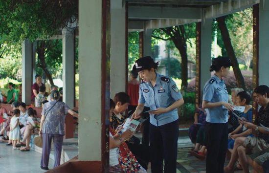 图为民警向市民普法宣传。巴南区警方供图