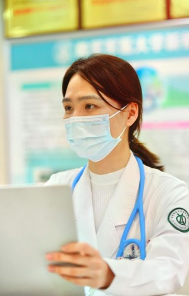 图为血液病医学中心淋巴肿瘤科副主任医师高力正在工作。新桥医院供图