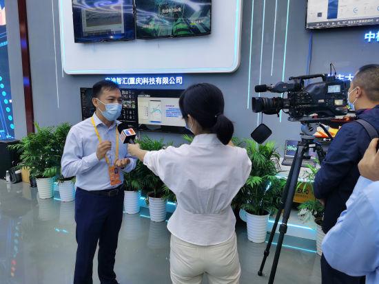 图为九龙坡区大数据应用发展管理局副局长赵红民向记者介绍九龙坡区大数据产业相关情况 九龙坡宣传部供图