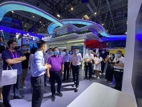 图为綦江西部信息安全谷负责人母明江携相关部门负责人与参展企业进行深入交流。段炼 摄