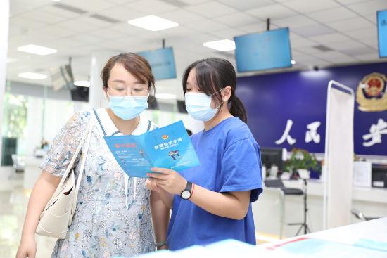 图为黄蓉在派出所实习。重庆两江新区公安分局供图