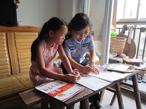 资料图为民警在黄蓉小时候为她辅导作业。重庆两江新区公安分局供图