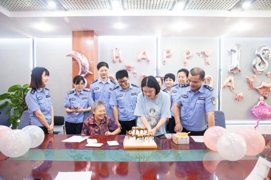 资料图为黄蓉在派出所庆祝18岁生日。重庆两江新区公安分局供图