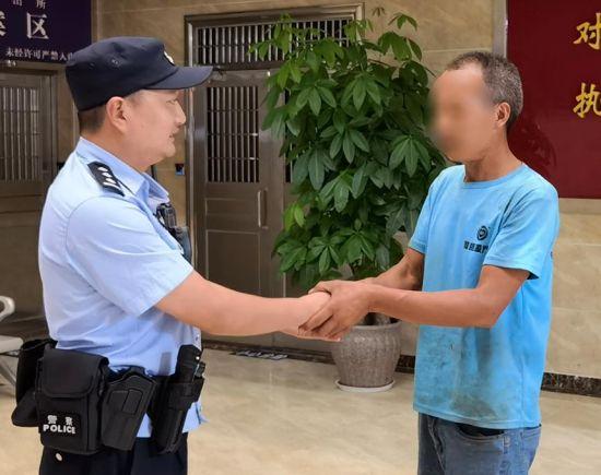 图为市民向民警表示感谢。铜梁区警方供图
