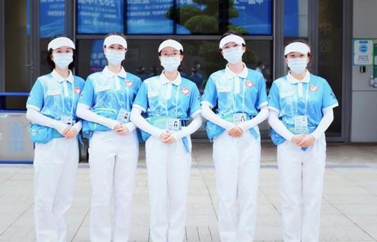 图为国博中心北区广场的志愿者合影。重庆工商大学供图