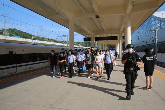 图为民警抓获犯罪嫌疑人。重庆市公安局供图
