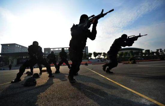 图为民警正在训练。重庆市公安局供图