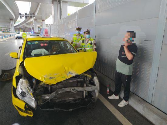 图为事故现场,出租车师傅只顾着打电话。受访者供图