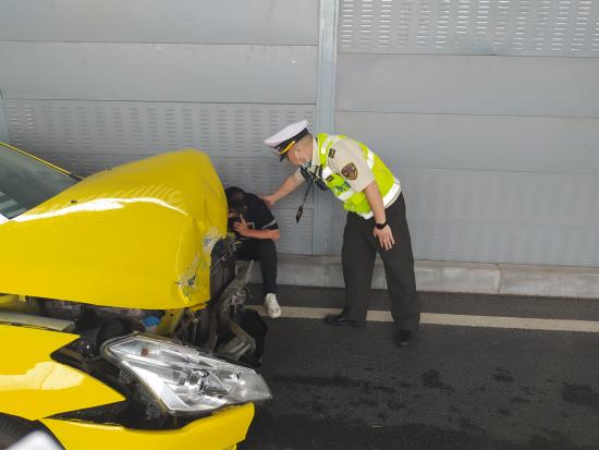 图为执法人员安慰驾驶员。受访者供图