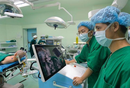图为手术现场。通讯员 曾理 摄