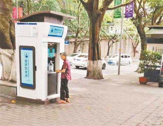图为居民用纯净水桶在直饮水点取水。记者 张莎 摄\视觉重庆