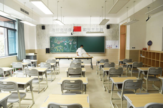 图为两江新区云锦小学老师正在整理教室迎开学。陈超 摄