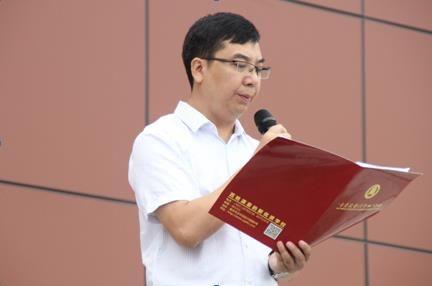 图为重庆大学城第四中学校校长冉建平致欢迎词 摄影 杨鲜