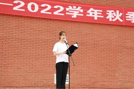 图为该校毕业生代表发言。受访者供图