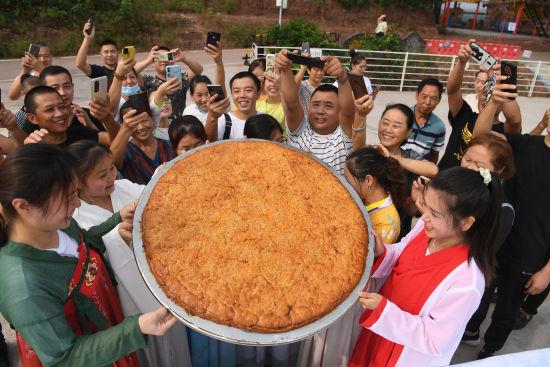 图为巨型月饼吸引游客。陈超 摄