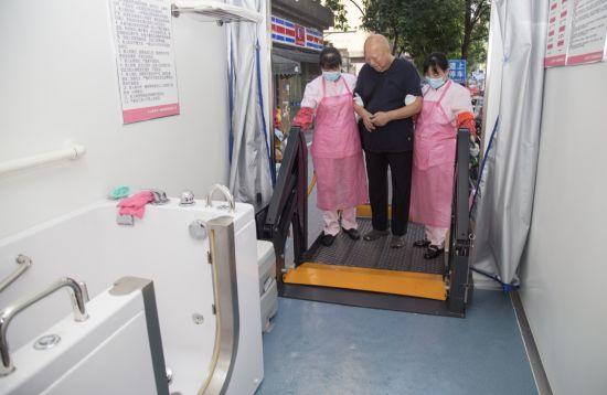 图为老年人走进助浴车。雷德顺摄