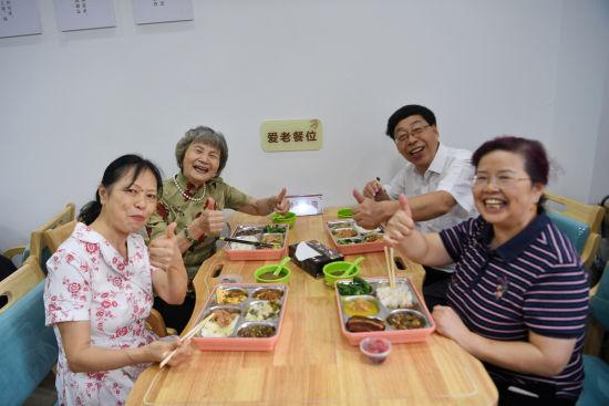 图为居民在社区食堂就餐。郭旭 摄