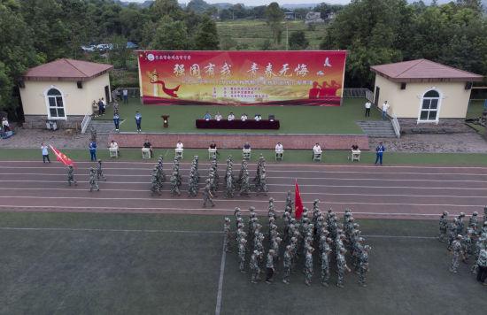 图为重庆市合川龙市中学高一新生军训汇演。陈海东 摄